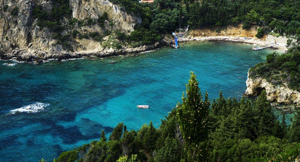 منظر لشاطئ البحر الأدرياتيكي في قرية باليوكاستريتسا على جزيرة كورفو، اليونان