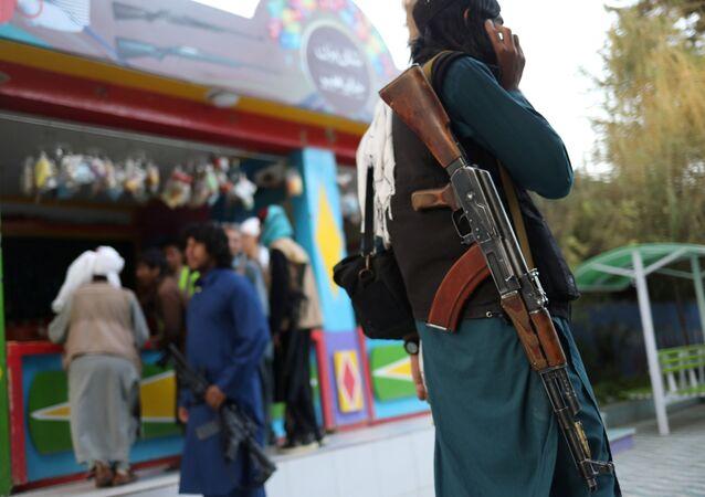 مسلح من طالبان  يقف في أحد المتنزهات الترفيهية في مدينة كابول، أفغانستان، 8 سبتمبر 2021