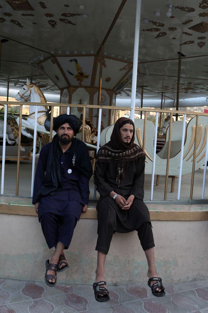 مسلحون من طالبان في أحد المتنزهات الترفيهية في مدينة كابول، أفغانستان، 13 سبتمبر 2021