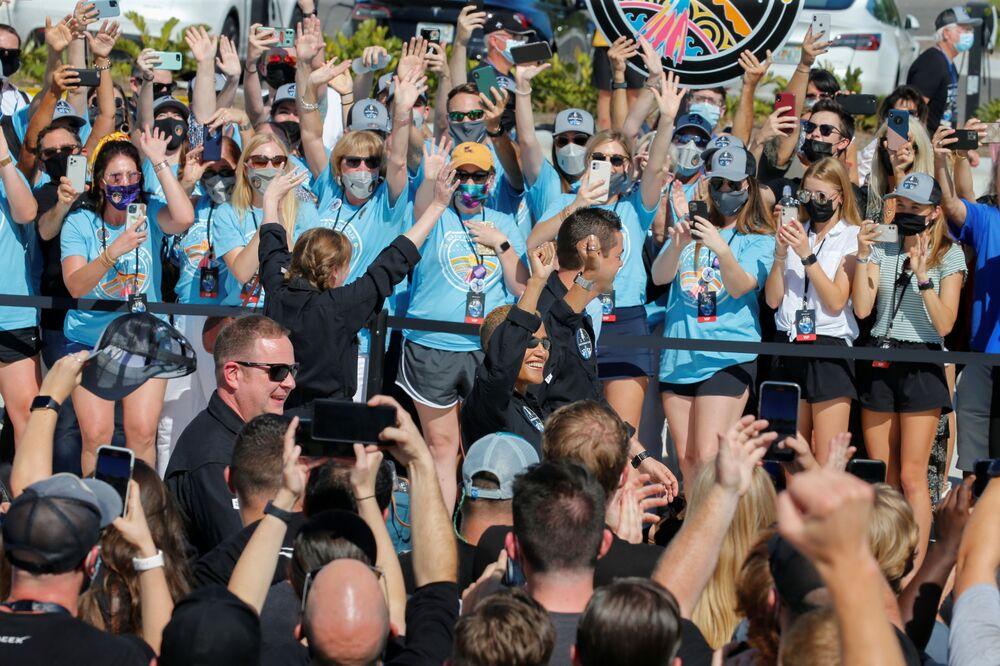 جماهير تحيي طاقم Inspiration4 المكون من كريس سيمبروسكي وسيان بروكتور وجاريد إيزاكمان وهايلي أرسينو، أول طاقم مدني يسافر على متن صاروخ سبايس إكس فالكون 9 إلى الفضاء، فلوريدا، الولايات المتحدة 15 سبتمبر 2021
