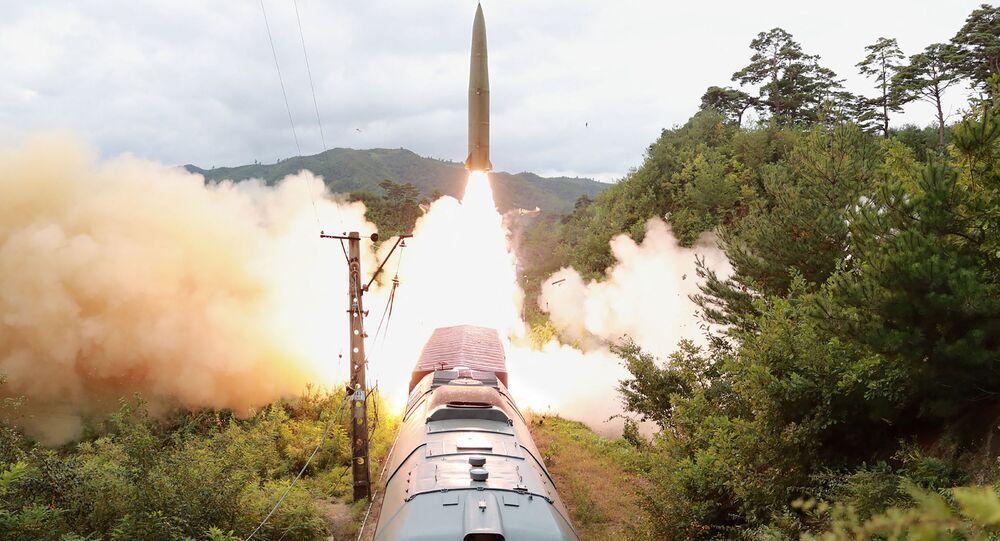 تظهر هذه الصورة التي التقطت في 15 سبتمبر 2021، نشرتها وكالة الأنباء المركزية الكورية الرسمية في كوريا الشمالية في 16 سبتمبر، اختبارات لإطلاق تجريبي لفوج صاروخي محمول على السكك الحديدية.