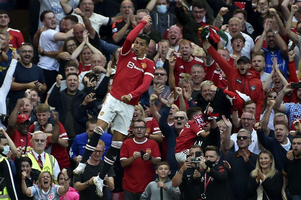 لحظة احتفال للاعب فريق مانشستر يونايتد، كريستيانو رونالدو، بعد تسجيله الهدف الثاني لفريقه خلال مباراة كرة القدم في الدوري الإنجليزي الممتاز بين مانشستر يونايتد ونيوكاسل يونايتد على ملعب أولد ترافورد في مانشستر بإنجلترا،11 سبتمبر 2021.