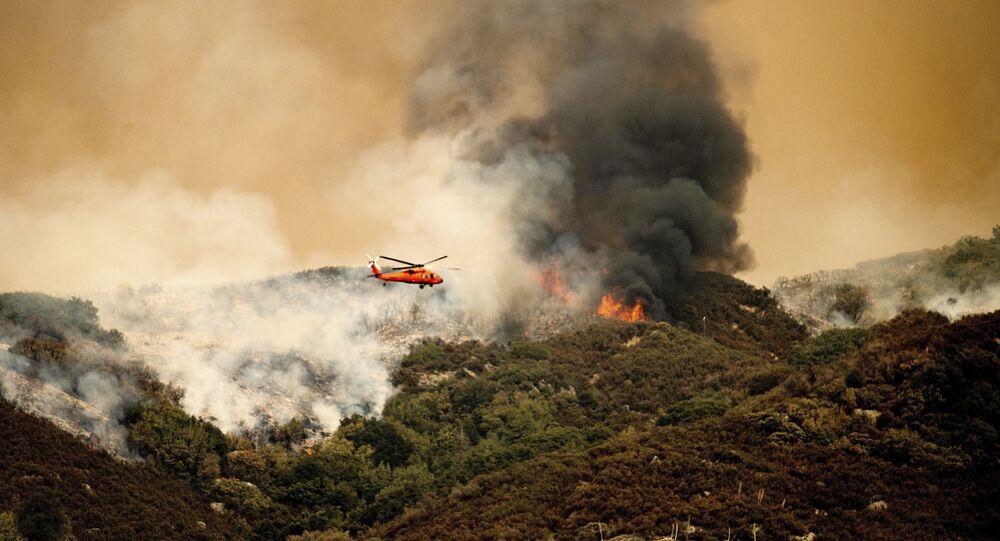 طائرة هليكوبتر تستعد لإسقاط الماء على حريق مجمع كي إن بي في حديقة سيكويا الوطنية، كاليفورنيا، 15 سبتمبر 2021.