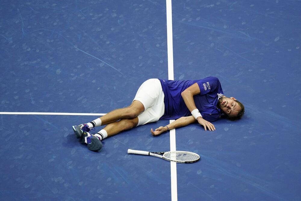 رد فعل لاعب تنس الروسي، دانييل ميدفيديف، بعد فوزه على نظيره الصربي نوفاك ديوكوفيتش، خلال نهائي فردي الرجال في بطولة أمريكا المفتوحة للتنس، في نيويورك 12 سبتمبر 2021.
