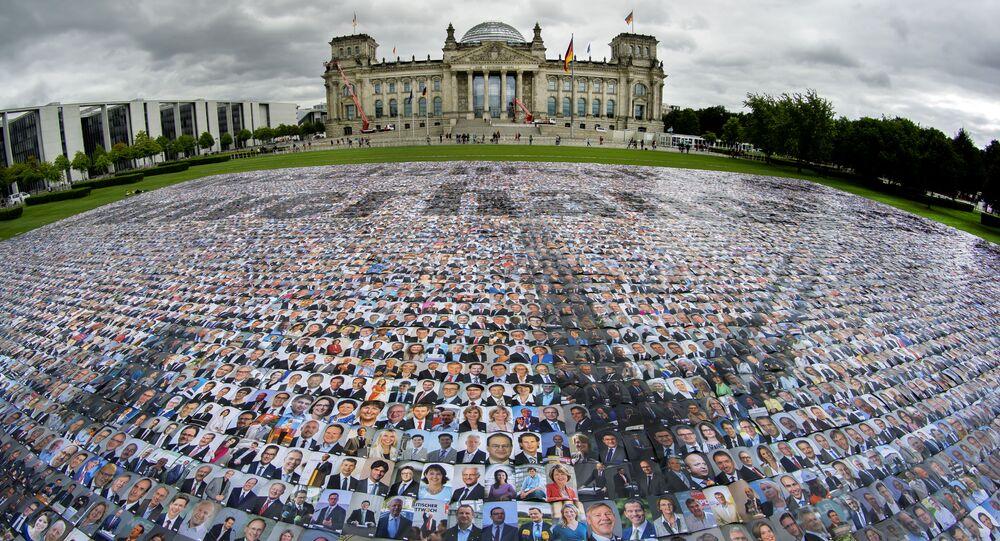 وضع صور للسياسيين أمام مبنى الرايخستاغ، مضيف البرلمان الفيدرالي الألماني البوندستاغ، من قبل مجموعة حملة '#unverhandelbar' (# غير قابل للتفاوض) في برلين، ألمانيا، 16 سبتمبر 2021 للاحتجاج على انتهاكات حقوق الإنسان على الحدود الخارجية لأوروبا.