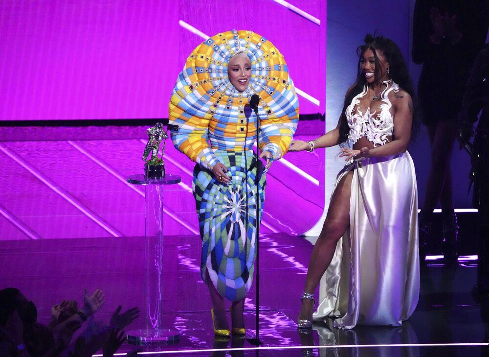 قبلت Doja Cat (يسار الصورة)  و SZA جائزة أفضل تعاون لأغنية كيس مي مور في حفل توزيع جوائز إم تي في للأغاني المصورة في مركز باركليز، 12 سبتمبر 2021، في نيويورك.