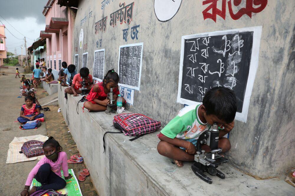 أطفال فخلال فصل دراسي في الهواء الطلق بعد إغلاق المدارس بسبب كوفيد-19 في باسشيم، الهند 17 سبتمبر 2021