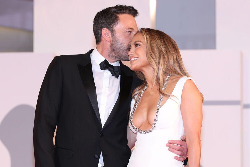 الممثل بين أفليك والمغنية/ الممثلة جينيفر لوبيز، أثناء ظهورهما على السجادة الحمراء في مهرجان البندقية السينمائي الدولي بنسخته الـ78، إيطاليا 10 سبتمبر 2021.