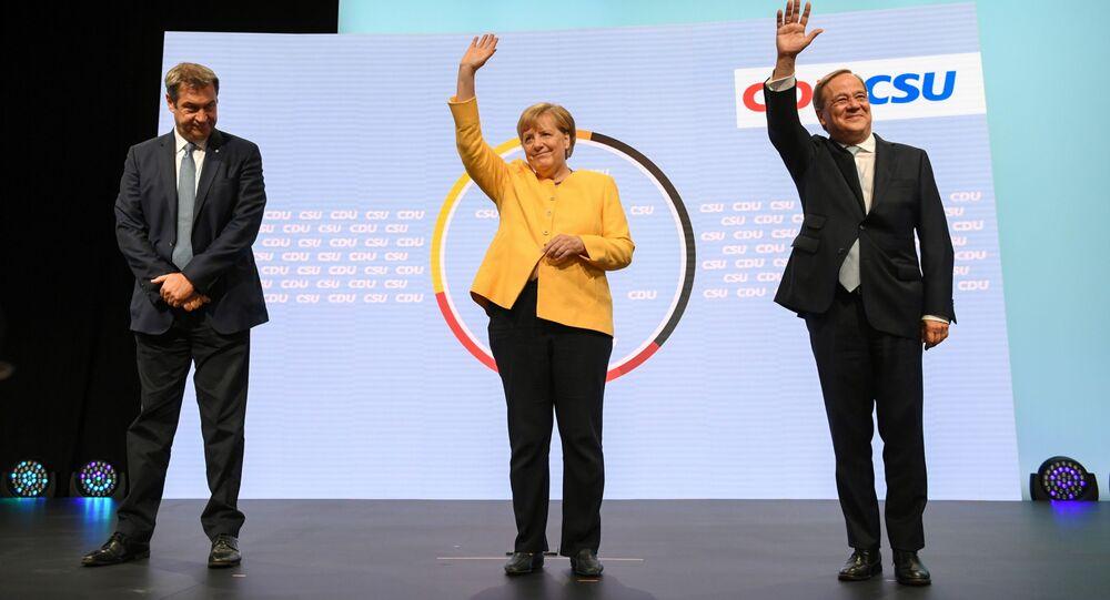 مستشارة ألمانية أنجيلا ميركل تقف بين زعيم ماركوس سويدير عن حزب الاتحاد الاجتماعي المسيحي، ورئيس وزراء ولاية شمال الراين وستفاليا، و أرمين لاشيت المرشح لمنصب مستشار ائتلاف الاتحاد الديمقراطي المسيحي/ الاتحاد الاجتماعي المسيحي، برلين 21 أغسطس 2021