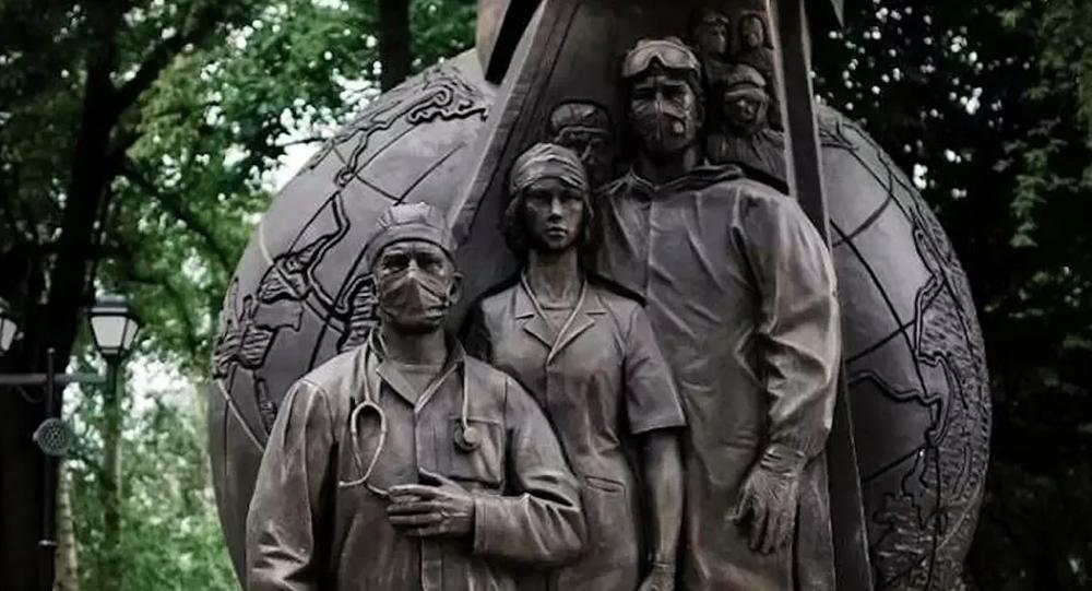 نصب تذكاري لأطباء كوفيد - 19 أمام متحف التاريخ الطبي باسم سيتشينو في موسكو