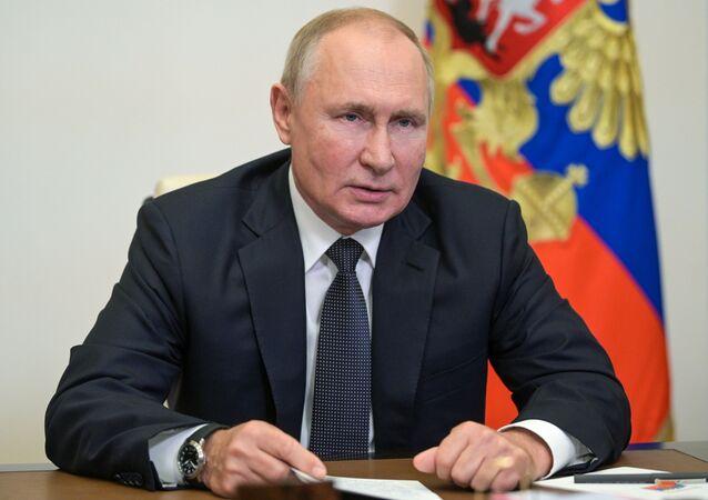 الرئيس الروسي فلاديمير بوتين خلال اجتماع مع محافظ سان بطرسبورغ، روسيا 17 سبتمبر 2021