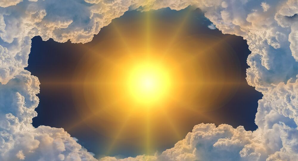 الشمس من داخل مجموعة غيوم