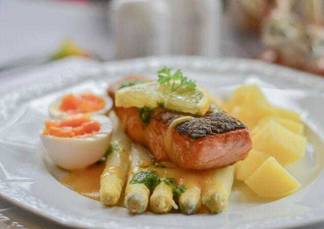 وجبة سمك مع البيض والخضار