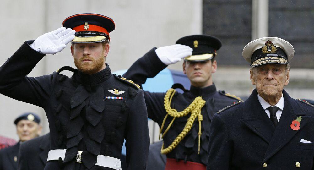 الأمير البريطاني هاري مرتديا الزي العسكري بصحبة جده الراجل الأمير فيليب