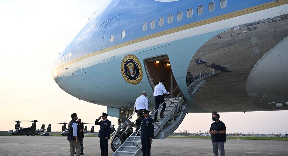 الرئيس الأمريكي، جو بايدن، يستقل الطائرة الرئاسية الأمريكية