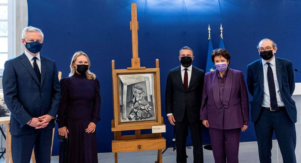 وزير الاقتصاد الفرنسي يتسلم لوحات من ابنة بيكاسو