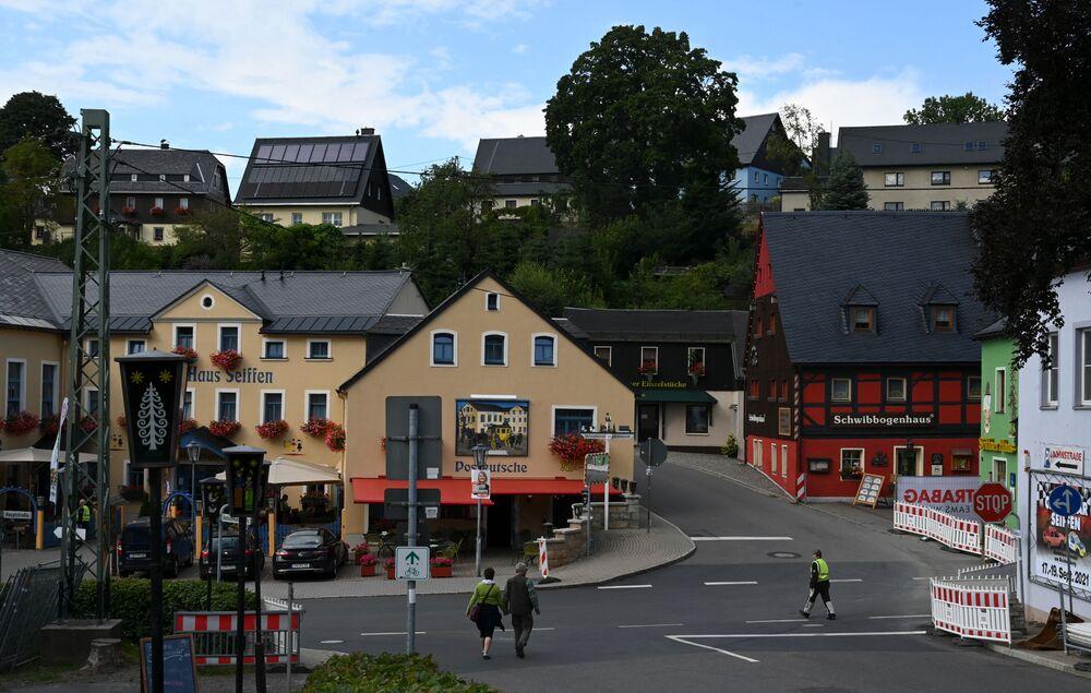 دمى أنجيلا ميركل الخشبية المصنوعة بواسطة النار، مدينة زايفين،ألمانيا 20 أغسطس 2021
