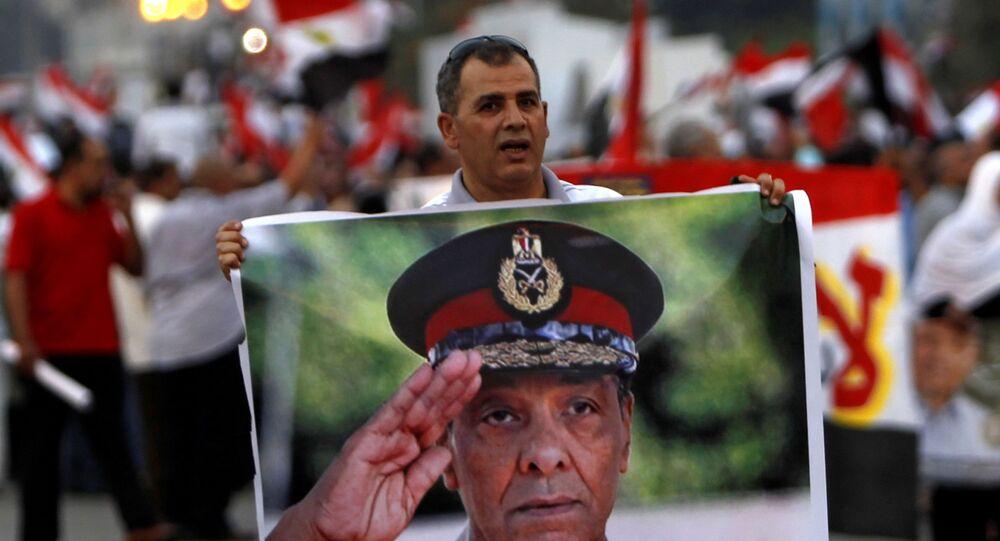 رجل يحمل صورة وزير الدفاع المصري الأسبق محمد حسين طنطاوي، القاهرة، مصر 23 يونيو 2021