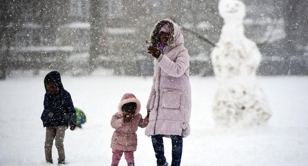 طفل وأمه في فصل الشتاء