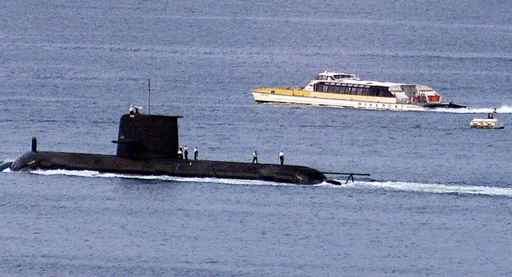 تمر عبارة Rivercat بجانب الغواصة البحرية الملكية الأسترالية من طراز Collins HMAS Waller أثناء مغادرتها ميناء سيدني في 4 مايو 2020. وقد نظرت الحكومة الأسترالية في إطالة عمر فئة كولينز أثناء فحصها لمصيرها.