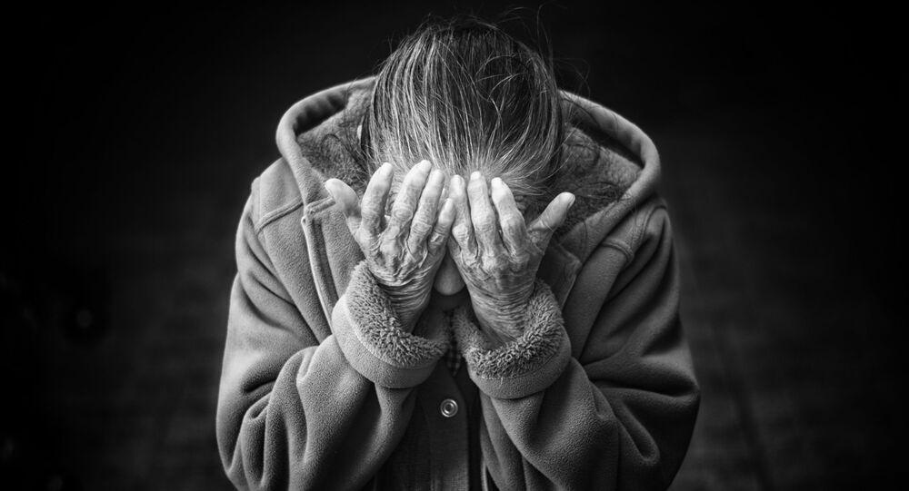 امرأة مسنة تبكي