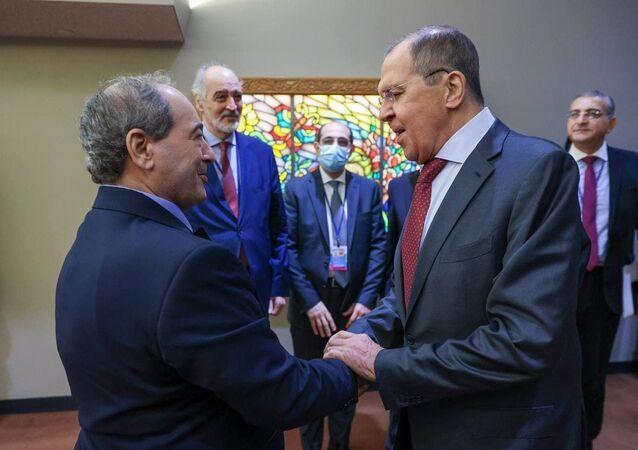 سيرغي لافروف مع نظيره  فيصل المقداد على هامش الجمعية العامة للأمم المتحدة