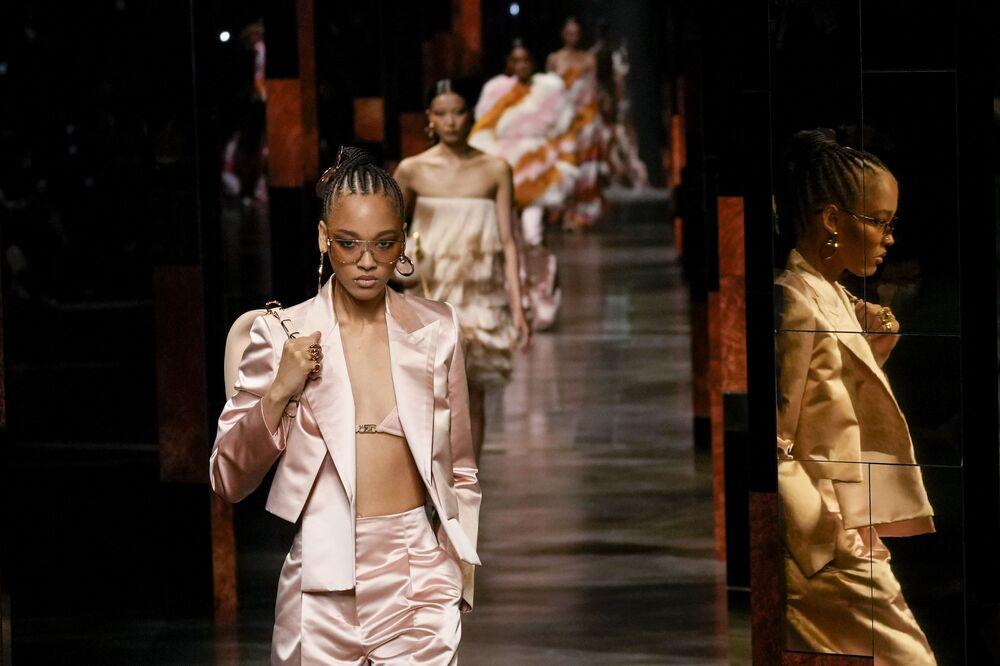 عارضات الأزياء يرتدين إبداعات لمجموعة Fendi لربيع وصيف 2022 خلال أسبوع الموضة في ميلانو، إيطاليا، 22 سبتمبر 2021.