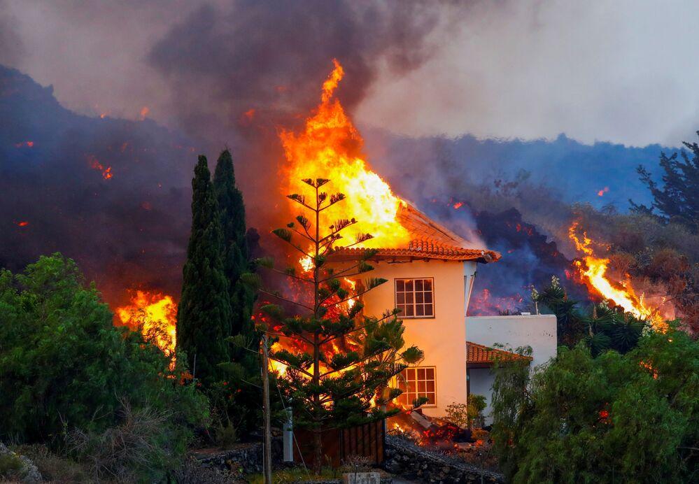 منزل يحترق بسبب الحمم البركانية من ثوران بركان في حديقة كومبر فيجا الوطنية في جزيرة الكناري في لا بالما، 20 سبتمبر 2021.