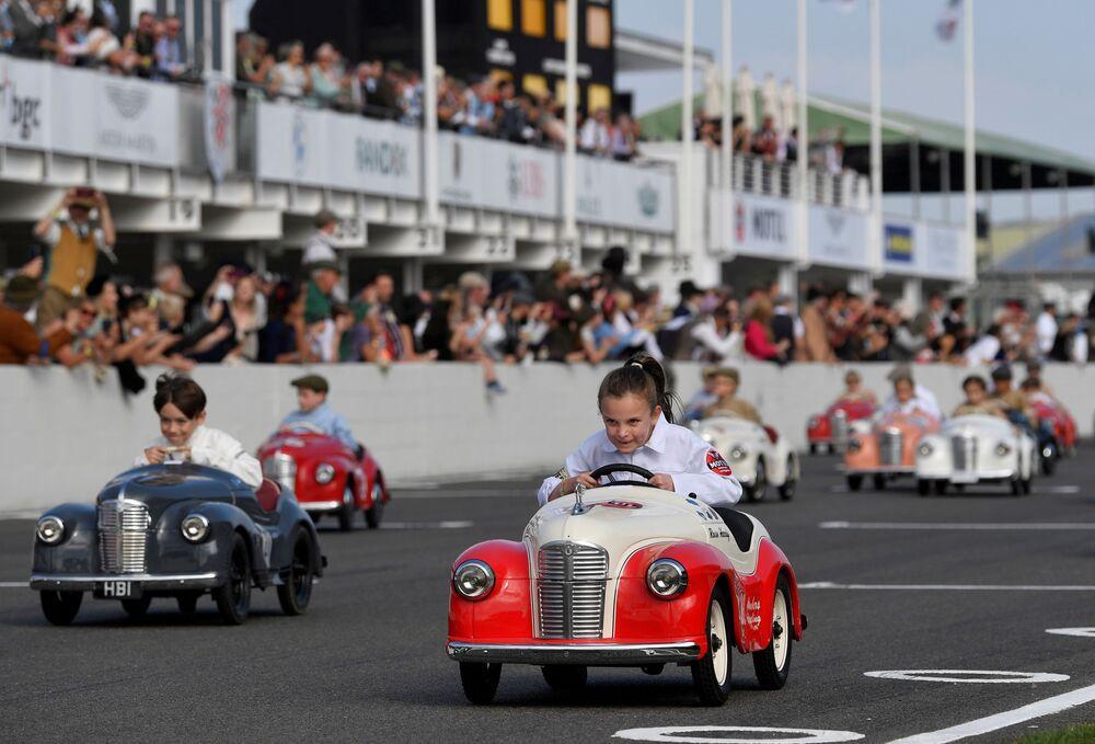 يشارك الأطفال في سباق السيارات بدواسة كأس سيترينغتون حيث يحضر عشاق السيارات مهرجان غودوود ريفايفال، وهو مهرجان تاريخي لسباق السيارات لمدة ثلاثة أيام في غودوود، تشيتشيستر، جنوب بريطانيا، 18 سبتمبر 2021.