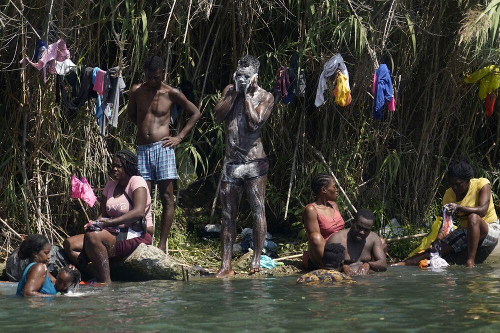 المهاجرون الهايتيون يستحمون ويغسلون الغسيل على طول ضفاف نهر ريو غراند بعد أن عبروا الحدود إلى الولايات المتحدة من المكسيك، في ديل ريو ، تكساس 18 سبتمبر 2021.