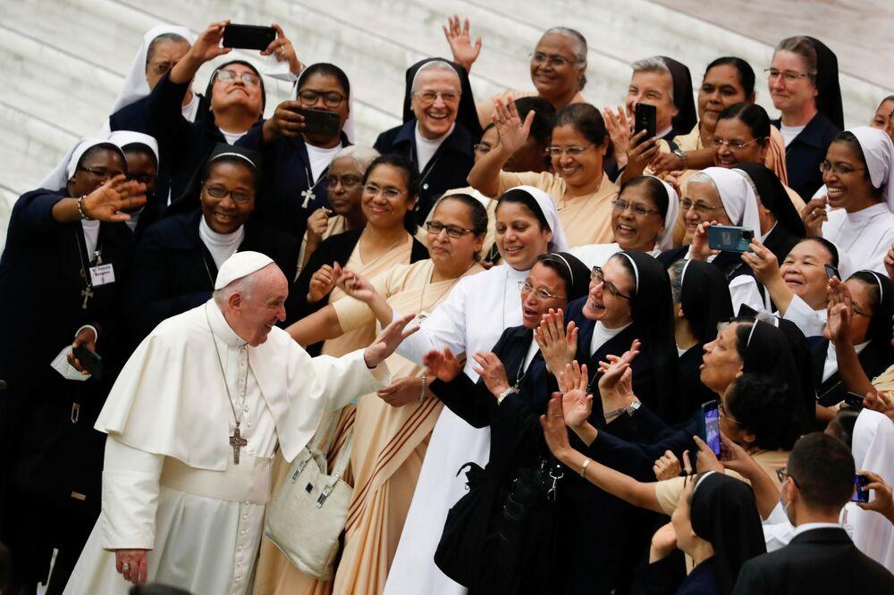 البابا فرنسيس يحيي الجمهور خلال المقابلة العامة الأسبوعية في قاعة بولس السادس، في الفاتيكان، 22 سبتمبر 2021.