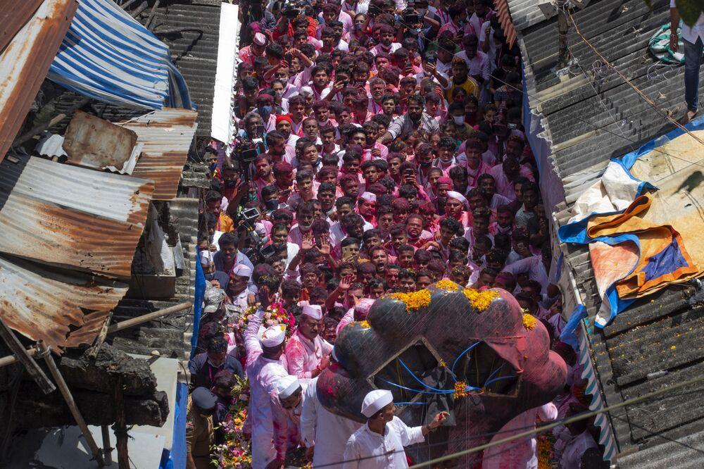 تم أخذ صنم للإله الهندوسي غانيشا برأس فيل للغطس في اليوم الأخير من مهرجان غانيش شاتورثي الذي يستمر عشرة أيام في مومباي، الهند، 19 سبتمبر 2021.