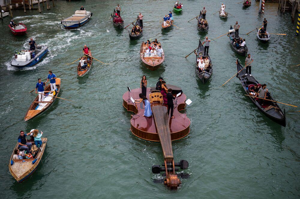 كمان نوح، كمان عملاق عائم للنحات الفينيسي ليفيو دي مارشي، يقوم برحلته الأولى لحضور حفل موسيقي على القناة الكبرى في البندقية، إيطاليا 18 سبتمبر 2021.