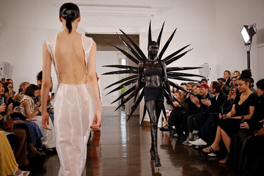 عرض أزياء على منصة Fashion East خلال عرض مجموعة ربيع / صيف 2022 في اليوم الرابع من أسبوع الموضة في لندن، إنجلترا 20 سبتمبر 2021.