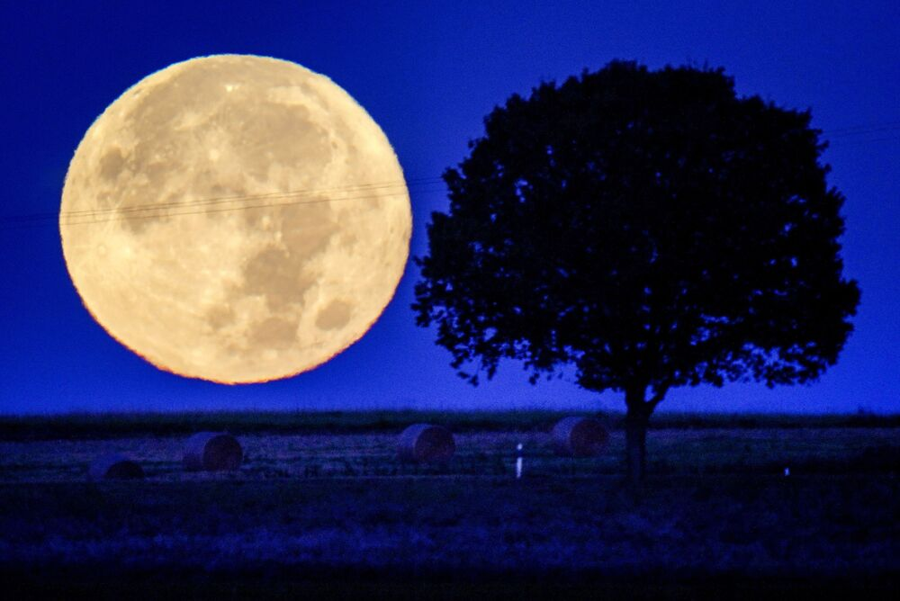اكتمال القمر خلف تلال منطقة تاونوس بالقرب من فيرهايم، ألمانيا 21 سبتمبر 2021.