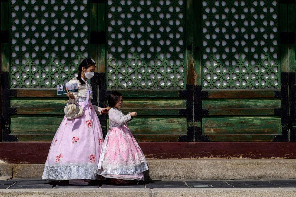 يرتدي الزوار فستان الهانبوك التقليدية في قصر كيونغ بوك غونغ في سئول قبل يوم من عطلة تشوسوك، كوريا الجنوبية،  20 سبتمبر 2021.