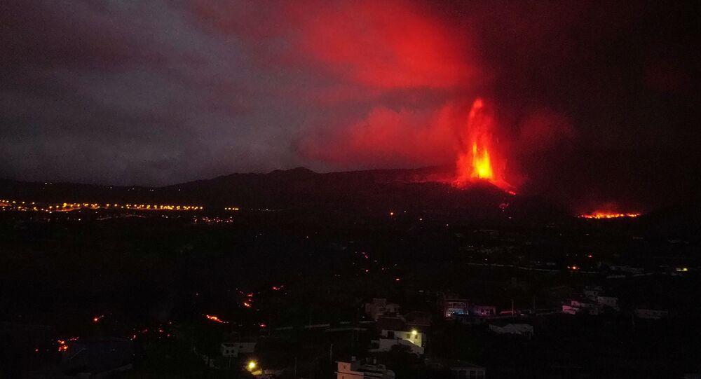 تتدفق الحمم البركانية حول المنازل بعد ثوران بركان في حديقة كومبري فيجا الوطنية في إل باسو، في جزيرة لا بالما الكناري، إسبانيا 22 سبتمبر 2021.
