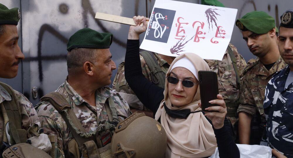 جمعية صرخة المودعين وتحالف متحدون ينفذون مسيرة وسط مدينة بيروت على عدد من المصارف للمطالبة باستعادة ودائعهم بالعملة الصعبة وسط تواجد كثيف للجيش اللبناني والقوى الأمنية، لبنان 24 سبتمبر 2021