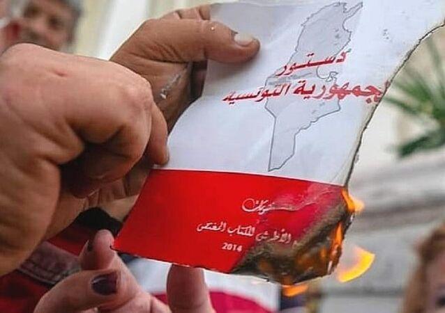إشعال النار في الدستور التونسي