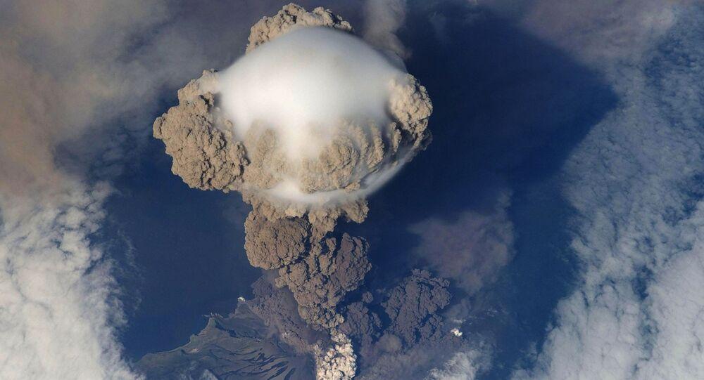 مشهد جوي لانفجار بركاني عنيف