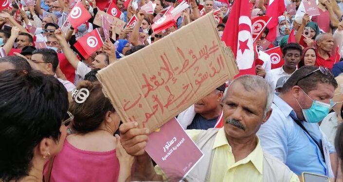 معارضون يحتجون على قرارات الرئيس التونسي