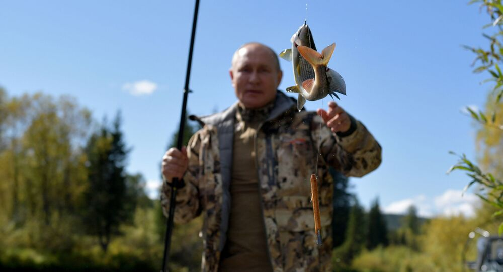 بوتين يصيد السمك خلال رحلته في غابات التايغا