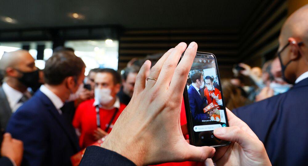 الرئيس الفرنسي إيمانويل ماكرون أثناء زيارته للمعرض الدولي للمطاعم والفنادق والأغذية (SIRHA) في ليون ، فرنسا ، 27 سبتمبر 2021.