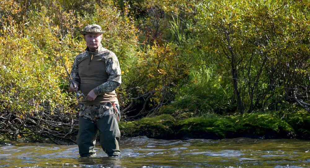 بوتين يصيد السمك خلال إجازته في التايغا