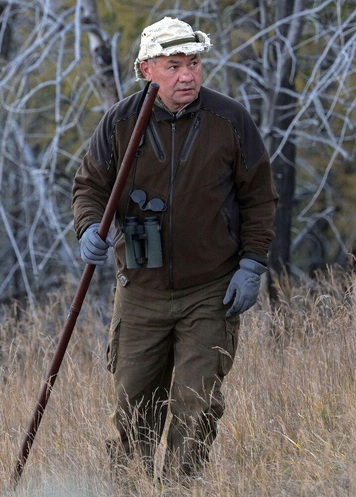 زير الفاع الروسي سيرغي شويغو في غابات التايغا الروسية في سيبيريا، روسيا 26 سبتمبر 2021