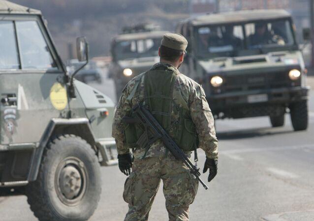 جنود قوات حفظ السلام في بريشتينا عاصمة كوسوفو