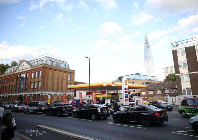 انتظار السيارات في طابور خارج محطة وقود وسط لندن ببريطانيا 27 سبتمبر 2021