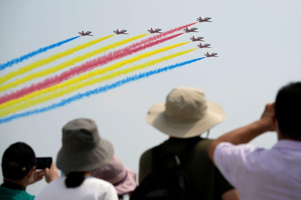الزوار يشاهدون فريق الاستعراض الجوي الصقر الأحمر التابع لسلاح الجو الصيني، في معرض الصين الدولي للطيران والفضاء، أو معرض الصين الجوي، في تشوهاى، مقاطعة قوانغدونغ، الصين 28 سبتمبر 2021.