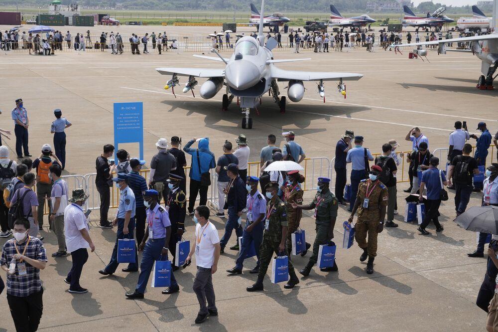 مقاتلة جي-10 سي ( J-10C) التابعة لسلاح الجوي الصيني، في معرض الصين الدولي للطيران والفضاء، أو معرض الصين الجوي، في تشوهاى، مقاطعة قوانغدونغ، الصين  28 سبتمبر 2021.