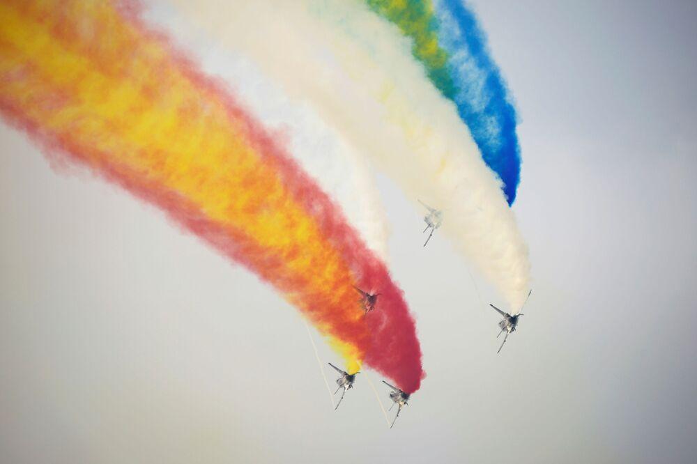 فريق الاستعراض الجوي بايي التابعة لسلاح الجوي الصيني، في معرض الصين الدولي للطيران والفضاء، أو معرض الصين الجوي، في تشوهاى، مقاطعة قوانغدونغ، الصين  28 سبتمبر 2021.
